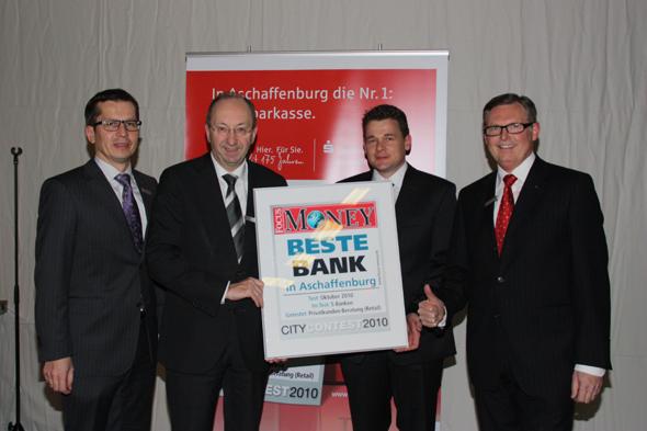 Vorstandsmitglied Jürgen Schäfer, Vorstandsvorsitzender Heinz Danner, Kai Fürderer (Institut für Vermögensaufbau), Vorstandsmitglied Heinrich Reichel (v.l.)
