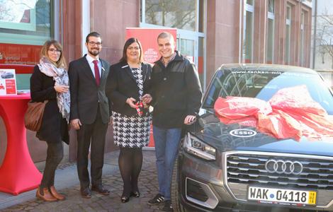 Mit Karte zahlen lohnt sich – Die Sparkasse gratuliert zum Gewinn eines Audi Q2